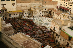 Cubas marroquinas da tintura na vila Fotografia de Stock