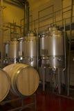 Cubas y equipo de la elaboración de vino en el viaje del lagar Fotos de archivo libres de regalías