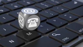 Cube avec des signes pour le téléphone et la lettre d'email Images libres de droits
