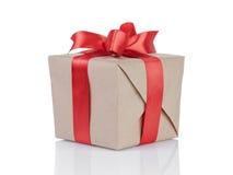 Cube a caixa de presente envolvida com papel de embalagem e curva vermelha Imagem de Stock