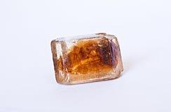 Cube caramélisé en sucre de canne sur le blanc Photos libres de droits