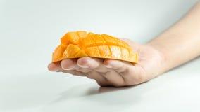 Cube découpé en tranches de mangue fraîche en main images stock