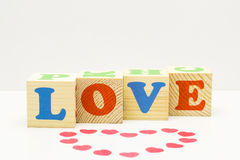 Cube en bois avec AMOUR d'inscription Photos stock