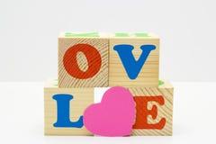 Cube en bois avec AMOUR d'inscription Image stock
