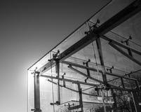 Cube en verre abstrait avec un cadre en métal Photographie stock libre de droits