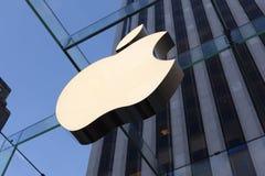 Cube en verre rénové en mémoire d'ordinateur Apple À New York City, sur J Image libre de droits