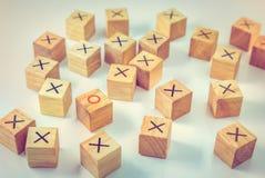 Cube géométrique en bois en formes sur un fond blanc Image stock