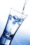 cube la glace en verre éclaboussant l'eau images libres de droits