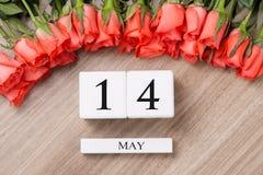 Cube o calendário da forma para o 15 de maio na tabela de madeira com rosas Imagem de Stock