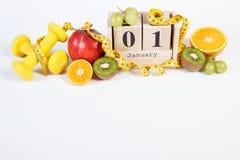 Cube o calendário, os frutos, os pesos e a fita métrica, anos novos das definições Fotografia de Stock Royalty Free