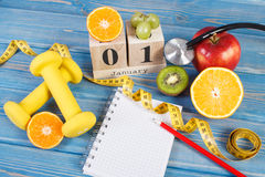 Cube o calendário, os frutos, os pesos e a fita métrica, anos novos das definições Imagem de Stock