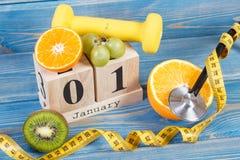Cube o calendário, os frutos, os pesos e a fita métrica, anos novos das definições Foto de Stock