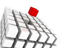 Cube rouge différent se tenant des cubes blancs Images libres de droits