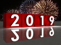cube rouge et feux d'artifice en nouvelle année 2019 à l'arrière-plan photos libres de droits