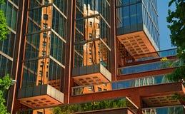 Cubed a composé des feuilles de vert de balcon de miroir de bâtiment Photographie stock