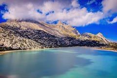 Cuber resevoir, jezioro, Puig Ważny, Tramuntana, pogodowa stacja, drzewa, skały, światło słoneczne, niski biel chmurnieje, turkus fotografia royalty free