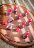 Cuberdons con las frambuesas frescas en el tablero de madera Imágenes de archivo libres de regalías