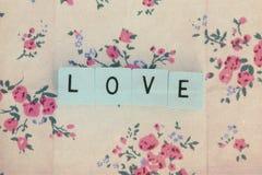 Cubes avec amour de lettres sur le fond de vintage Images stock