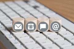 Cubes avec des options de contact sur le clavier d'ordinateur Image stock
