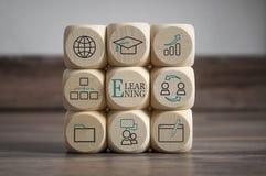 Cubes avec l'apprentissage en ligne Onlinelearning photographie stock
