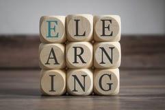 Cubes avec l'apprentissage en ligne Onlinelearning photo libre de droits
