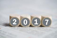 Cubes avec le ` 2017 de ` là-dessus sur un journal Photographie stock