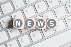 Cubes avec les actualités de mot sur un clavier Images libres de droits