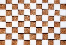 Cubes blancs et bruns de sucre Photos stock
