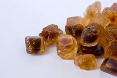 Cubes caramélisés en sucre de canne sur le blanc Photographie stock