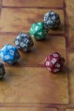 Cubes colorés dans la rangée avec le rouge un à part Photos stock