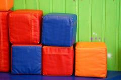 Cubes colorés mous au centre de divertissement photos libres de droits