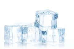 Cubes de glace claire sur une table blanche photo libre de droits