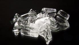 Cubes de glace sur un noir images libres de droits