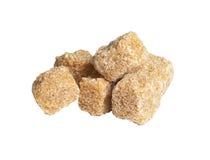 Cubes de sucre de canne, d'isolement sur le blanc Photos stock