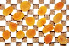 Cubes de sucre et d'abricots secs Images libres de droits