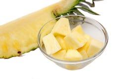 Cubes en ananas sur la cuvette image stock