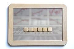 6 cubes en blanc sur un conseil Images stock