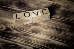 Cubes en bois avec AMOUR d'inscription Photo stock