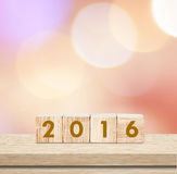 Cubes en bois avec 2016 au-dessus du fond de tache floue, calibre de nouvelle année Photo libre de droits