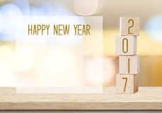 Cubes en bois avec 2017 et bonne année au-dessus de backgr de bokeh de tache floue Photo stock