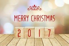Cubes en bois avec 2018 et bonne année au-dessus de backgr de bokeh de tache floue Image stock