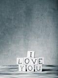 Cubes en bois avec l'inscription JE T'AIME Photos stock