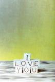 Cubes en bois avec l'inscription JE T'AIME sur le nouveau fond de conseil en bois et de toile de jute toned Images stock