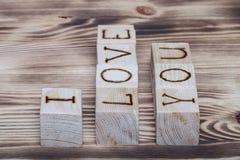 Cubes en bois avec l'inscription JE T'AIME sur le nouveau fond en bois Images stock