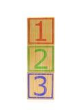 Cubes en bois bruns empilés avec des numéros un, deux et trois Image libre de droits