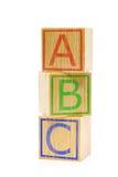 Cubes en bois bruns empilés en lettre d'ABC Photos stock
