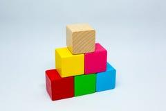 Cubes en bois colorés Images libres de droits