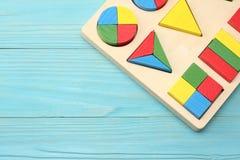 cubes en bois colorés sur le fond en bois bleu Vue supérieure Jouets dans la table image stock