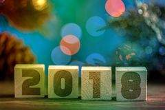 Cubes en bois 2018 Cometh la nouvelle année Fond brouillé un endroit pour un label Avec la nouvelle année image stock