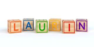 Cubes en bois d'isolement en jouet avec des lettres avec le laurin de nom Photo stock